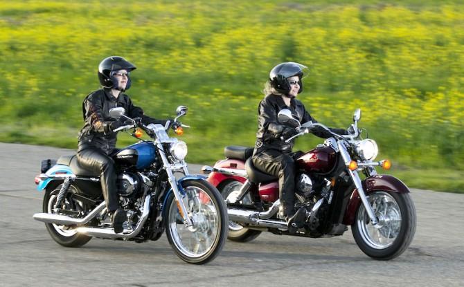 monter sur une moto pour la premi re fois tout ce qu il faut connaitre moto au f minin. Black Bedroom Furniture Sets. Home Design Ideas